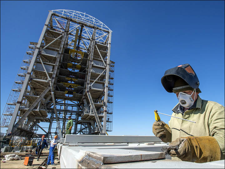 inside_vostochny_tower_and_worker.thumb.