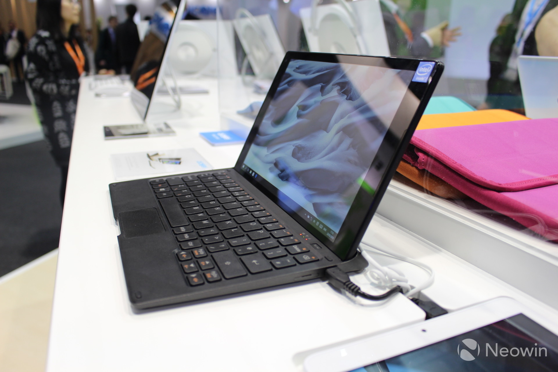 Hands-on  Alcatel Plus 10 - a Windows 10 tablet with a 4G LTE keyboard 34af780c1601