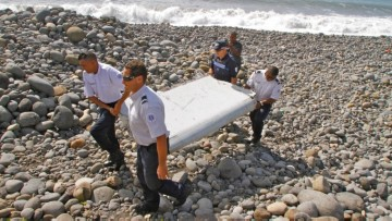 1474829128_150730132242-mh370-debris-beach-full-169