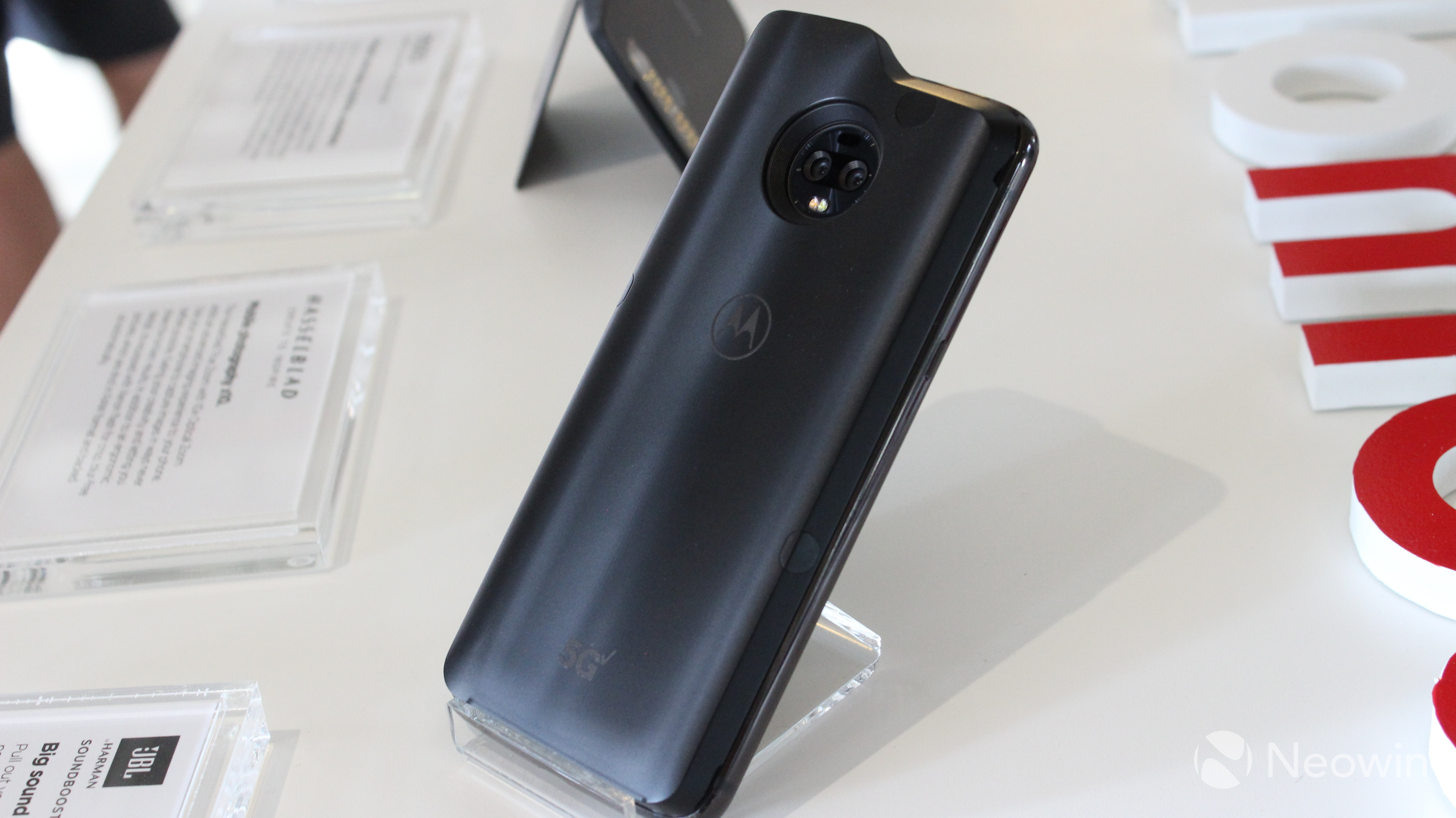 Hands on with the Moto Z3 and Motorola's 5G Moto Mod - Neowin