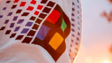 1544745206_windows_95_sweater