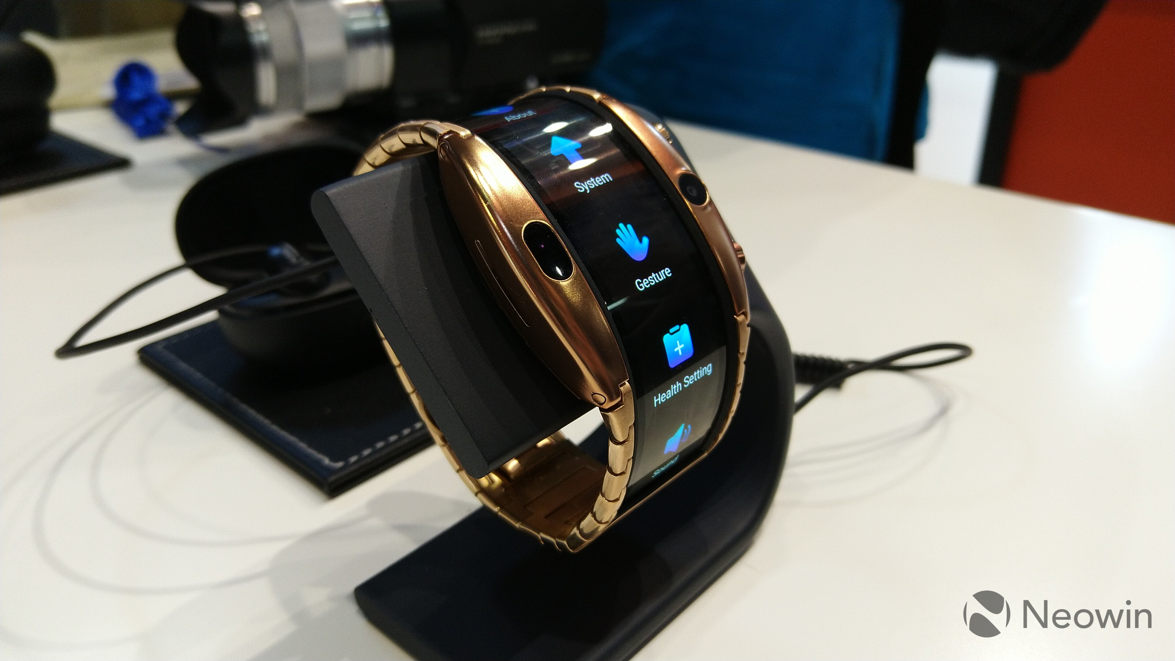 MWC 2019] The Nubia Alpha is a beautiful smartwatch with a foldable