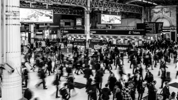 1568446742_victoria-station-busy-people-victoria-735795
