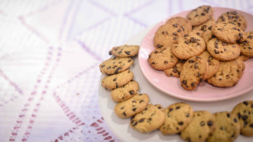 1579026628_cookies-in-ceramic-plates-1020585