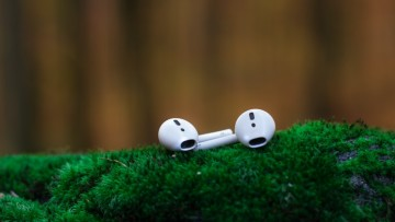 1592575672_shallow-focus-photography-of-white-airpods-on-green-surface-1646704