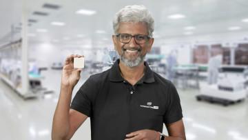 Raja Koduri showing off Intels discrete graphics chip