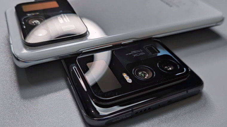 White and black Xiaomi Mi 11 Ultra devices