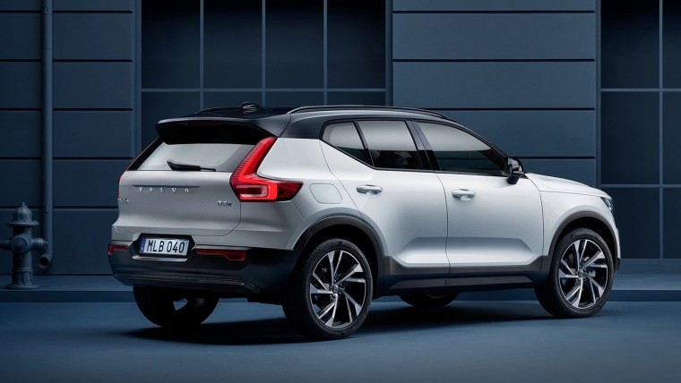 Rear right-side view of the Volvo XC40 Recharge