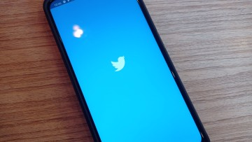 Twitter splash screen on an Android smartphone