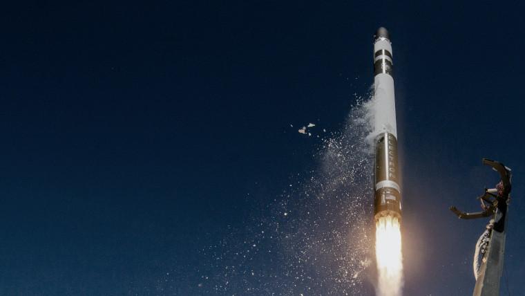 Un cohete electrónico despegando
