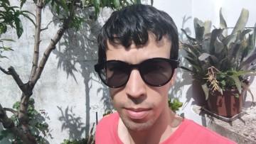 Man wearing Razer Anzu Smart Glasses with sunglass lenses