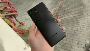 A Samsung Galaxy S21 Ultra in Phantom Black in the hand of a user