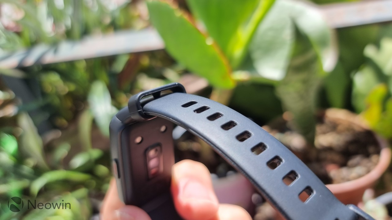 Honor Band 6 watch band loop with a protrusion to lock the loop in the adjustment holes