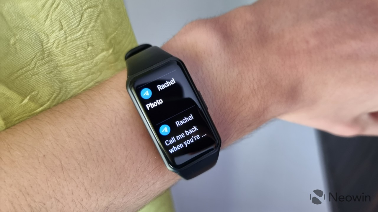 Honor Band 6 displaying the notification list with two notifications from Telegram