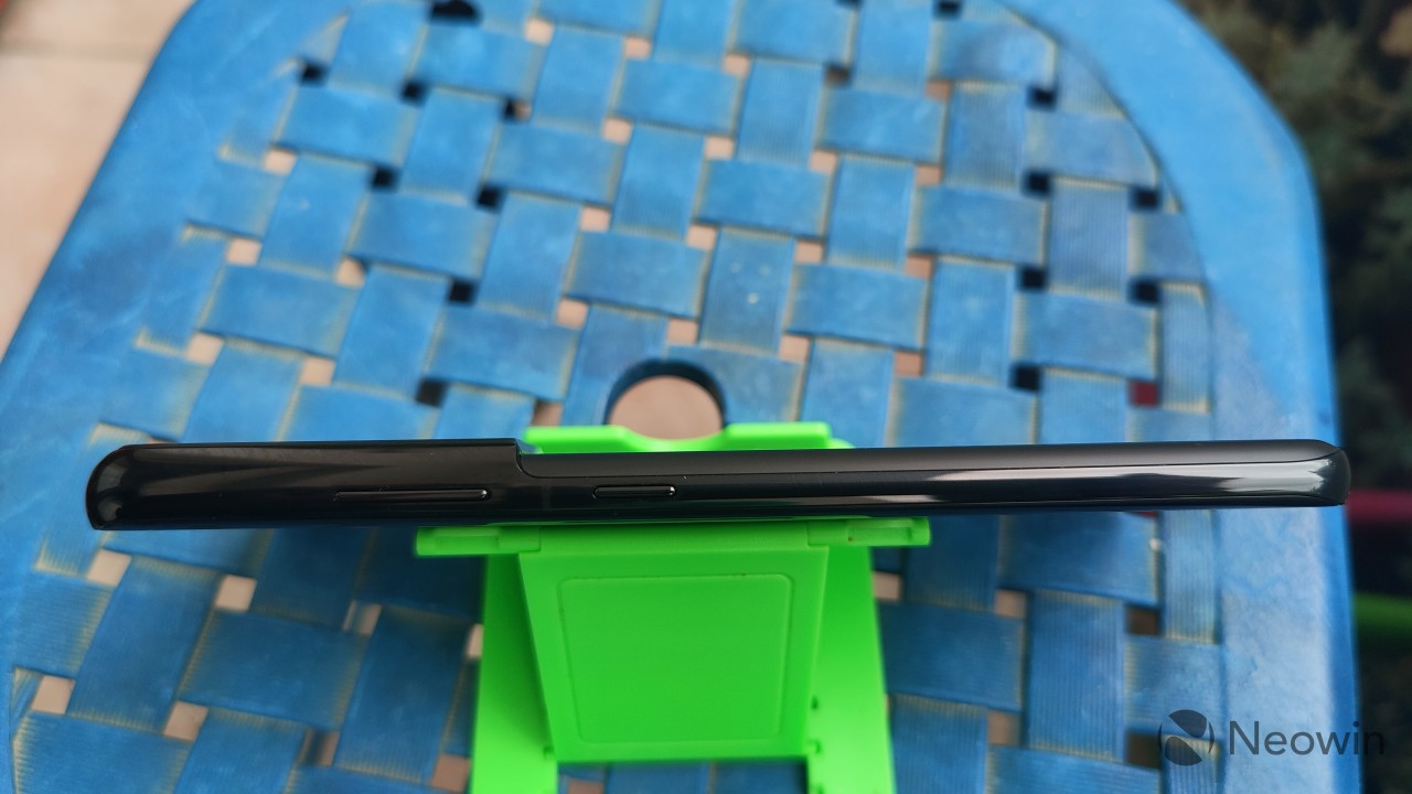 A top-down view of the right side of the frame of the Samsung Galaxy S21 Ultra