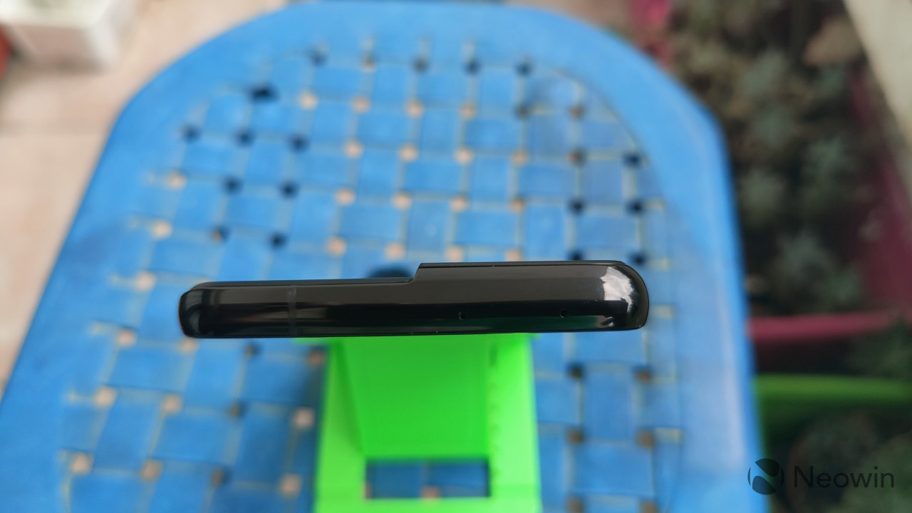 Top-down view of the top edge of the frame of the Samsung Galaxy S21 Ultra
