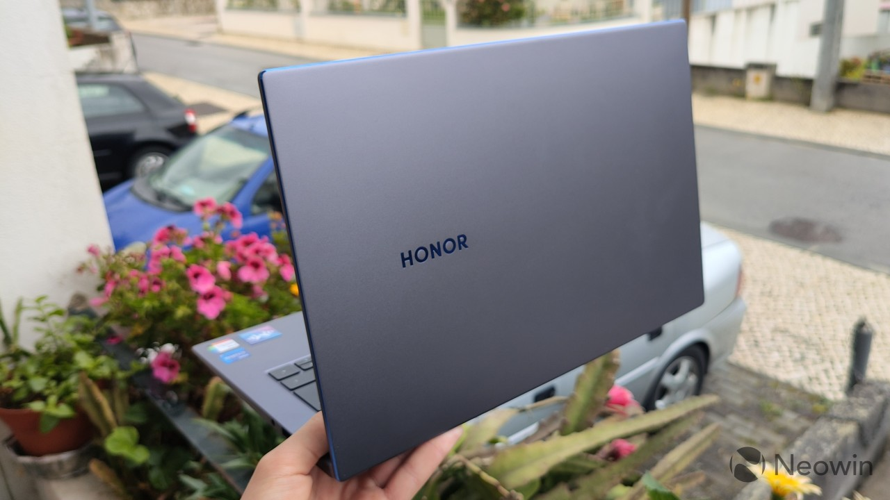 The lid on the Honor MagicBook 14 showing the Honor logo and blue chamfered edges