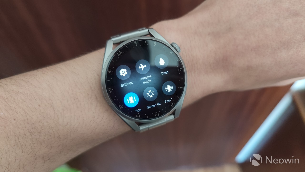 Quick actions panel with a translucency effect on the Huawei Watch 3 Pro