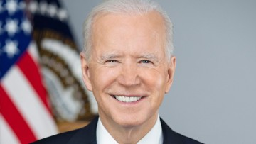Official portrait of US President Joe Biden with the US flag behind him