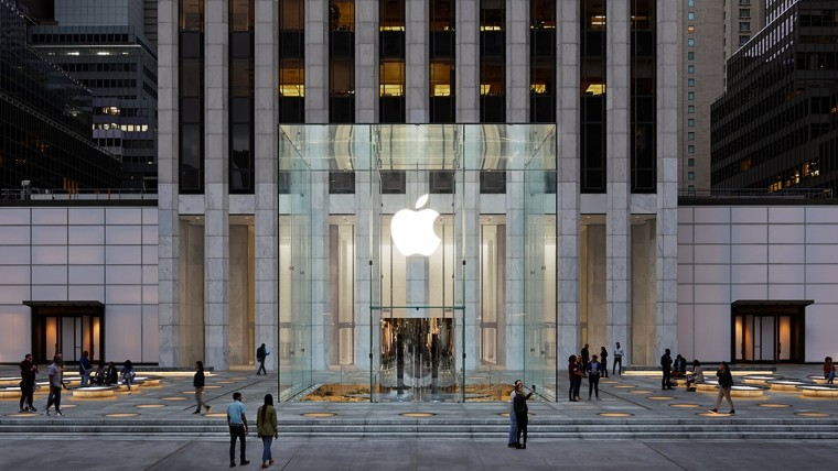 Facade of Apple&039s Fifth Avenue in New York